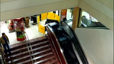 Escalator failure shocks holiday shoppers - (2/10)
