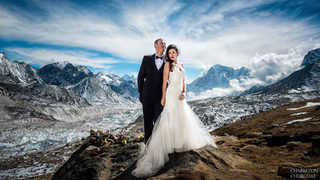 In fierce conditions, couple gets married on Mt. Everest with…