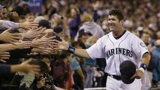 Mariners fans traveling to Cooperstown to honor Edgar Martínez