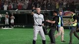 Outfielder Ichiro Suzuki #51 of the Seattle Mariners applauds fans as he is substituted to retire from baseball during the game between Seattle Mariners and Oakland Athletics at Tokyo Dome on March 21, 2019. (Photo by Masterpress/Getty Images)